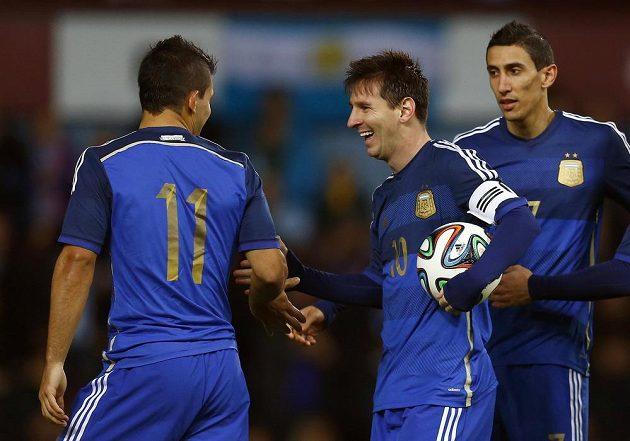 Argentinci zleva Sergio Agüero, Lionel Messi a Ángel Di María se radují z vítězství 2:1 v přípravném utkání s Chorvatskem, které se hrálo v londýnském Upton Parku.