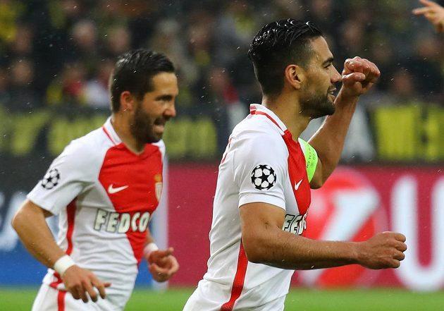 Radamel Falcao (vpravo) z Monaka se raduje po vlastním gólu dortmundského Svena Bendera.