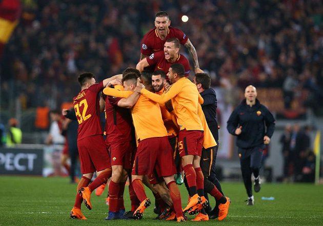 Postupová radost fotbalistů AS Řím, vyhráli nad Barcelonou 3:0 a poslali favorita ze hry v Lize mistrů.
