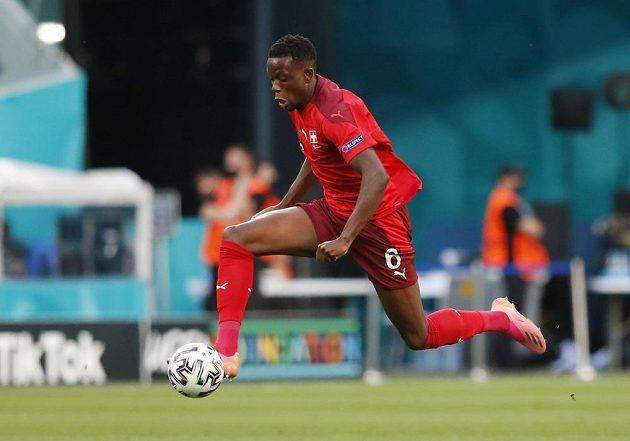Nešťastník! Švýcarský fotbalista Denis Zakaria usměrnil do vlastní sítě ve čtvrtfinále EURO pokus Jordiho Alby a Španělsko šlo do vedení.