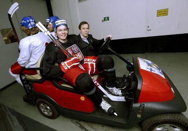 Čeští hokejisté mohou na MS využívat elektrovozíku při přesunech mezi tréninkovou halou a halou Globen. Druhý zprava útočník Tomáš Hertl.