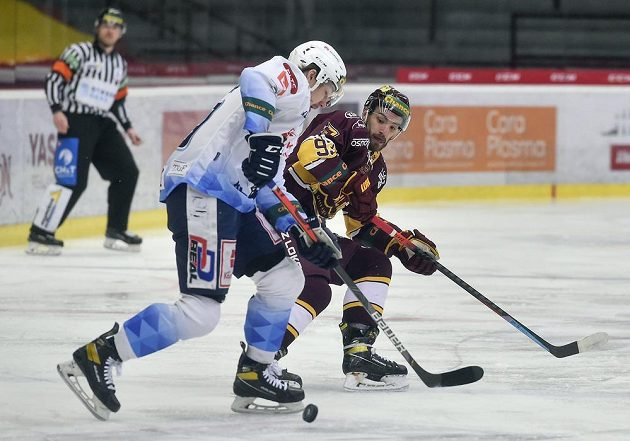 Čtvrtý zápas finále play off první hokejové Chance ligy . Zleva Adam Kubík z Kladna a Jan Strejček z Jihlavy.