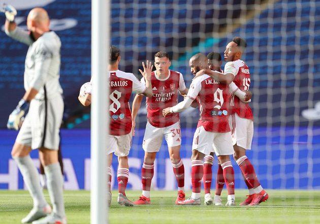Fotbalisté Arsenalu se radují z vyrovnávací branky