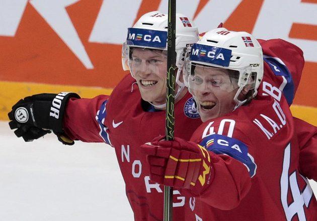 Norští hokejisté Mathis Olimb (vlevo) a Ken Andre Olimb oslavují gól proti Kazachstánu.