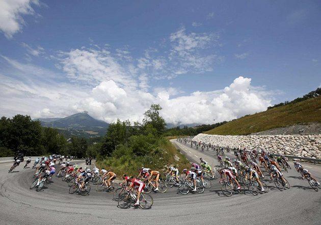 Cyklisté na trati osmnácté etapy stého ročníku Tour de France, která vedla z Gapu do Alpe-d´Huez.