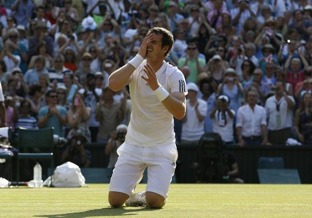 Andy Murray po posledním vítězném míči v duelu s Novakem Djokovičem.