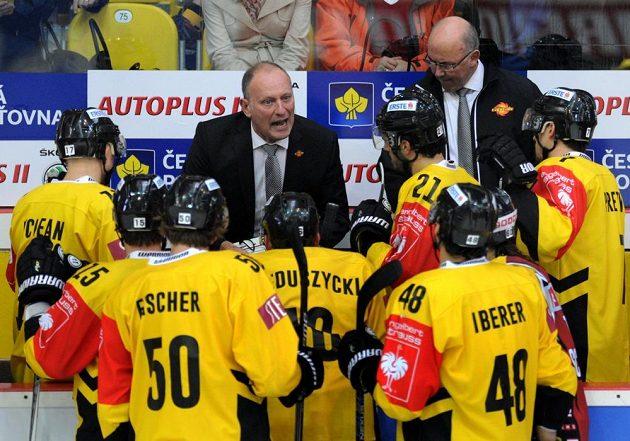 Trenér vídeňských hokejistů Jim Boni (uprostřed) udílí pokyny svým svěřencům.