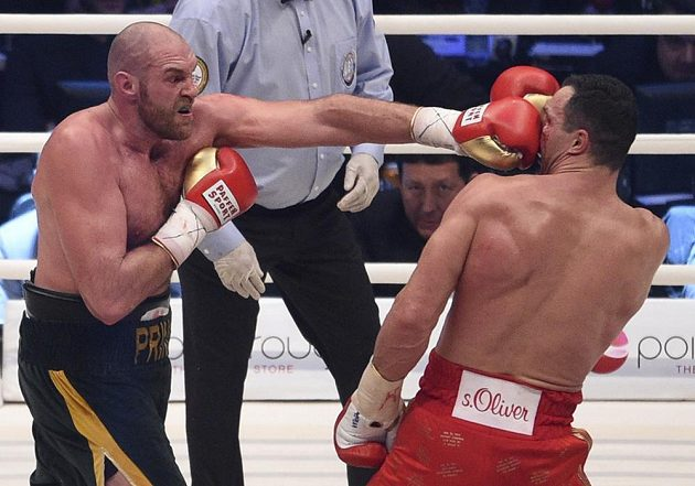 Tyson Fury zasazuje úder Vladimiru Kličkovi.