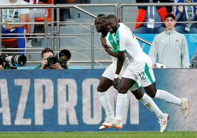 Senegalci Sadio Mané a Youssouf Sabaly slaví gól proti Japonsku.