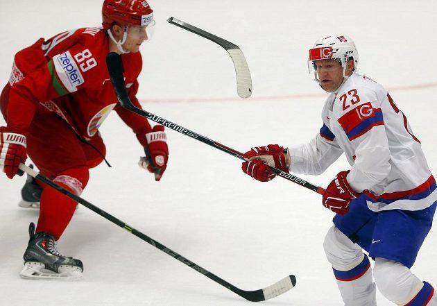 Kus ulomené hokejky se vznáší mez Dmitrijem Korobovem z Běloruska a Matsem Tryggem (vpravo)během utkání MS v Ostravě.