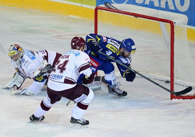 Libor Pivko z Brna (vpravo) střílí první gól brankáři Sparty Tomášovi Pöpperlemu. Uprostřed přihlíží Vladimír Sičák ze Sparty.