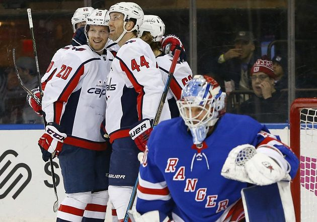 Radost hokejistů Washingtonu po gólu proti New York Rangers.
