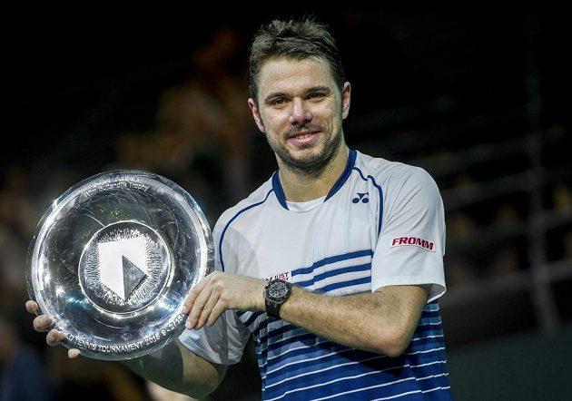 Švýcarský tenista Stan Wawrinka pózuje s trofejí pro vítěze turnaje v Rotterdamu.