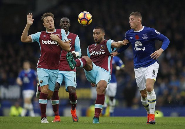 Zleva Winston Reid a Mark Noble z West Hamu a evertonský Ross Barkley.