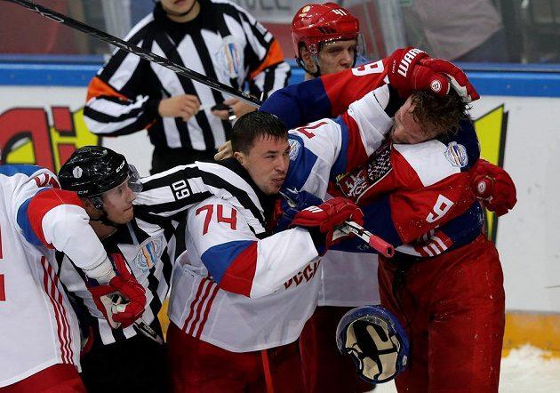Milan Michálek (vpravo) během bitky s Rusem Alexejem Jemelinem.