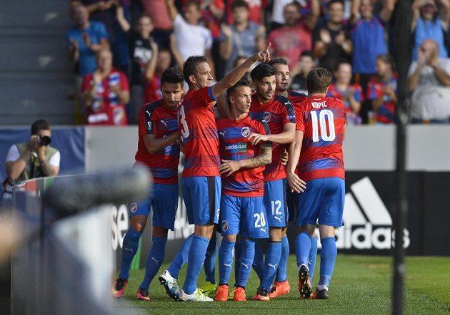 Marek Bakoš (druhý zleva) oslavuje se spoluhráči gól proti AS Řím.