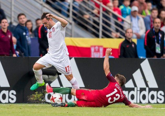 Srbský fotbalista Andrija Živkovič na EURO hráčů do 21 let v utkání s Portugalskem.
