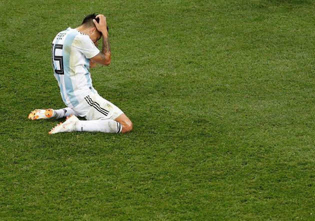 Argentinec Enzo Perez se drží za hlavu v duelu s Chorvatskem.
