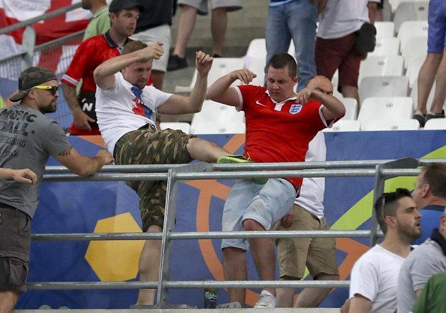 Ruský fanoušek napadá příznivce Anglie.