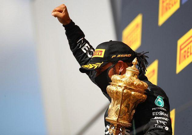 Obrovská radost tryskala z britského pilota F1 Lewise Hamiltona po triumfu ve Velké ceně Británie.