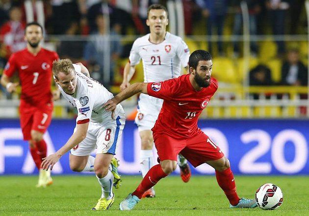 Největší turecká hvězda Arda Turan (vpravo) uniká českému obránci Davidovi Limberskému.