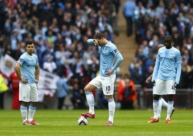 Zklamaní hráči Manchesteru City zleva Sergio Agüero, Edin Džeko a Yaya Touré po vedoucím gólu Fabia Boriniho ze Sunderlandu ve finále anglického Ligového poháru.