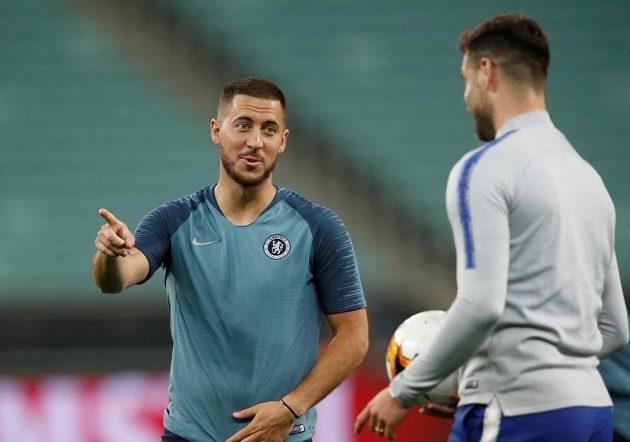 Fakt odcházím do Realu. Možná Eden Hazard na snímku líčí spoluhráči z Chelsea, že se v létě bude stěhovat do Španělska.