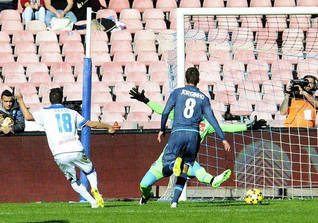 Záložník Empoli Simone Verdi (vlevo) střílí gól do sítě Neapole. Míč mířící do branky sleduje neapolský středopolař Jorginho.