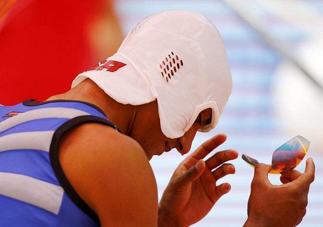 Americký desetibojař Ashton Eaton se speciální maskou.