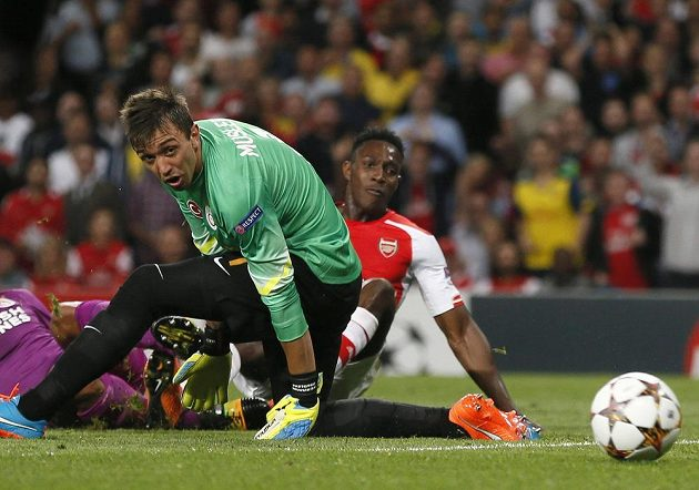 Útočník Arsenalu Danny Welbeck (vpravo) střílí gól proti Galatasaray.