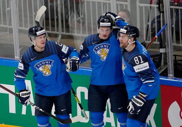 Finský útočník Iiro Pakarinen (vpravo) přijímá od spoluhráčů gratulace ke gólu proti Německu.