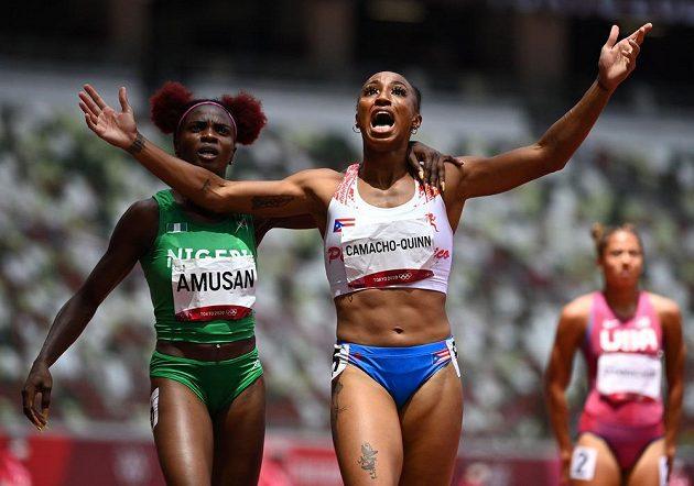 Portoričanka Jasmine Camacho-Quinnová (vpravo) se raduje ze zisku olympijského zlata na trati 100 metrů překážek.