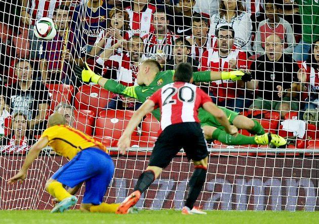 Útočník Bilbaa Aritz Aduriz střílí branku do sítě Barcelony při prvním zápase o španělský Superpohár.