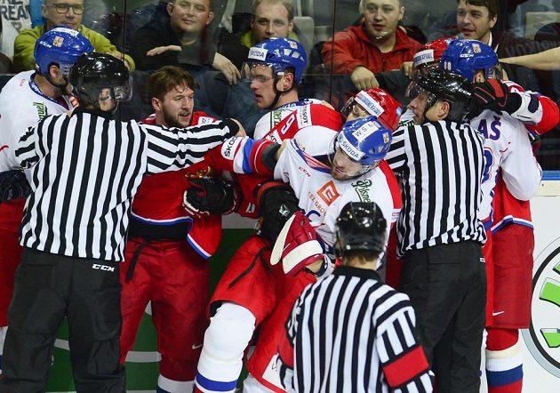 Hromadná potyčka druhém zápase EHT Česko - Rusko.