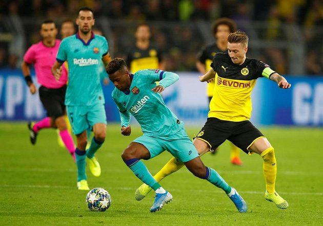 Barcelonský fotbalista Nelson Semedo v akci během utkání Ligy mistrů. Zastavit se ho snaží Marco Reus z Borussie Dortmund.