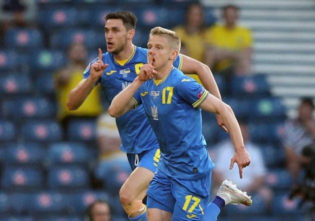 Ukrajinec Oleksandr Zinčenko (17) se raduje z gólu proti Švédsku, za ním je Roman Jaremčuk.