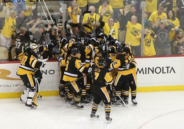 Radost hokejistů Pittsburghu z vítězného gólu v prodloužení druhého zápasu.