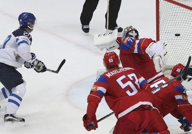 Ruský brankář Sergej Bobrovskij se marně natahuje po střele Fina Sebastiana Aha.