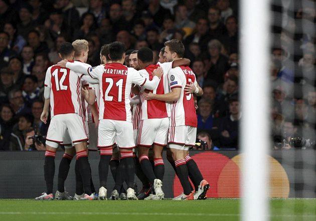 Fotbalisté Ajaxu se radují z vedoucí branky