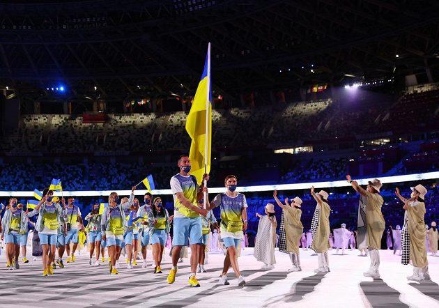 Ukrajinská výprava nastupuje na Olympijský stadion během zahajovacího ceremoniálu LOH 2021 v Tokiu.
