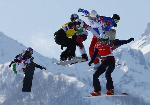 Eva Samková (v červené vestě) ve finále snowboardkrosu na olympiádě v Soči.