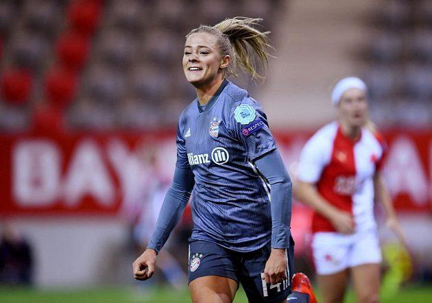 Fridolina Rolfoová z Bayernu se raduje z gólu proti Slavii.