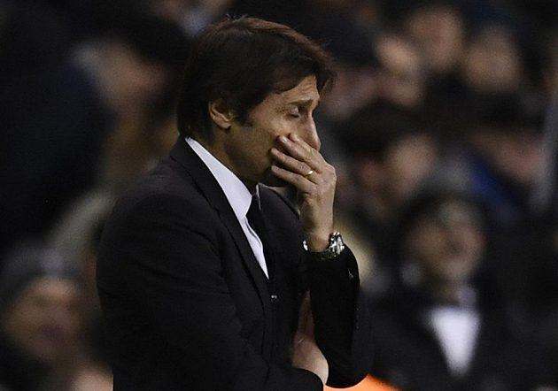 Zamyšlený kouč Chelsea Antonio Conte během duelu s Tottenhamem.