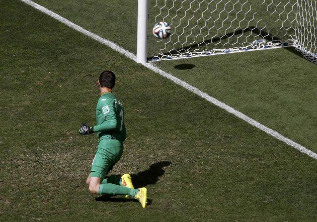 Belgický gólman Thibaut Courtois už jen sledoval balón mířící z kopačky Argetince Gonzala Higuaína do sítě.