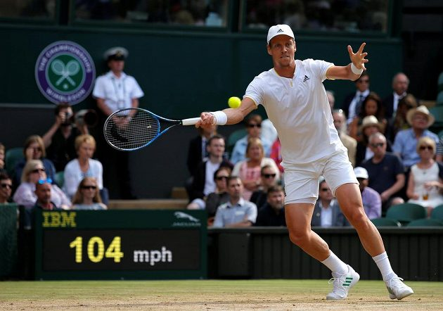 Tomáš Berdych v semifinále Wimbledonu s Rogerem Federerem.
