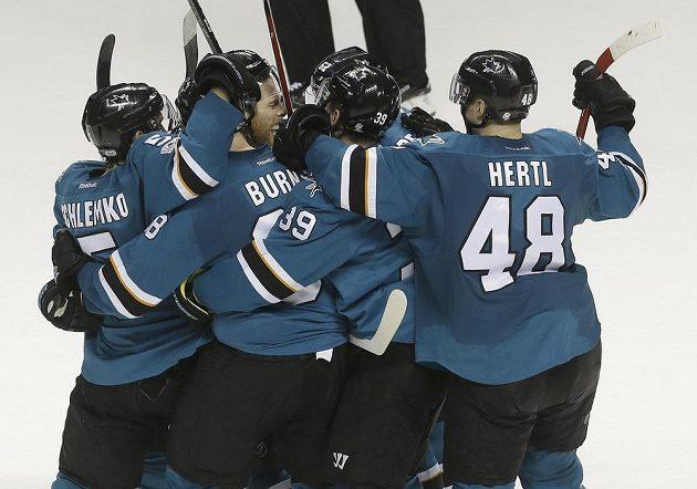 Hokejisté San Jose Sharks Joe Pavelski (druhý zleva) a jeho český spoluhráč Tomáš Hertl slaví v utkání NHL.