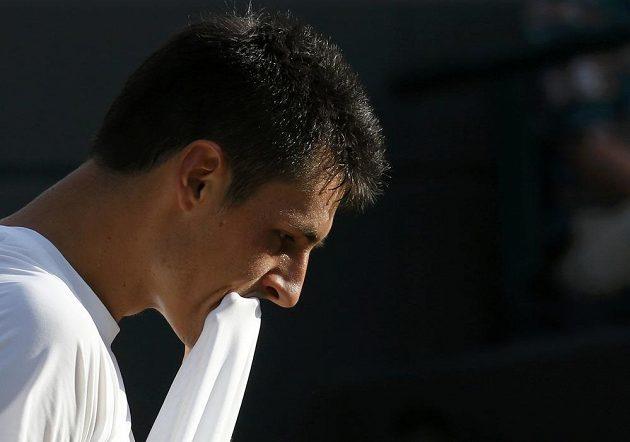 Australský tenista Bernard Tomic v utkání proti Tomáši Berdychovi.