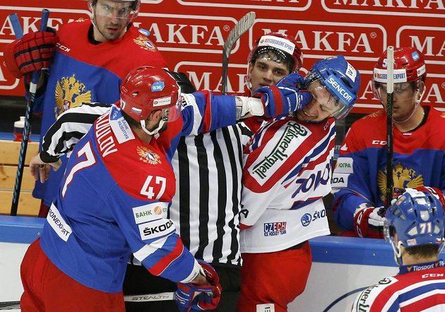 Potyčka mezi ruskou hvězdou Alexanderem Radulovem (vlevo) a Tomášem Zohornou.