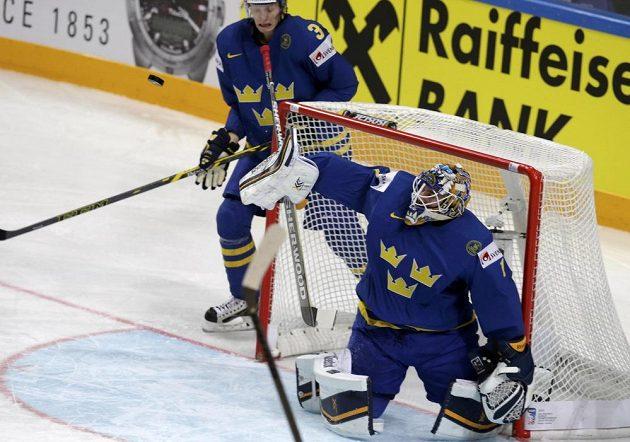 Švédský brankář Jhonas Enroth zasahuje v utkání s Lotyšskem.