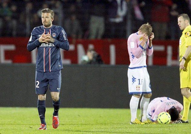 Záložník Paris St. Germain David Beckham (vlevo) byl na hřišti Evianu vyloučen.